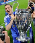 Chelsea's British midfielder and captain Frank Lampard holds  the trophy after the UEFA Champions League final football match between FC Bayern Muenchen and Chelsea FC on May 19, 2012 at the Fussball Arena stadium in Munich. Munich won the match. AFP PHOTO / PATRIK STOLLARZ