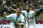 TOPSHOTS  Portuguese forward Cristiano Ronaldo (L) celebrates after scoring a goal during the Euro 2012 football championships quarter final match the Czech Republic vs Portugal on June 21, 2012 at the National Stadium in Warsaw. AFP PHOTO / FRANCISCO LEONG